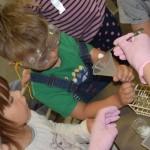 Maži basi darželio vaikai ekspermentuoja