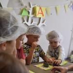Maži basi vaikų darželyje keksiukų gamyba