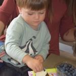 Maži basi vaikų darželyje keksiukų gamyba (2)